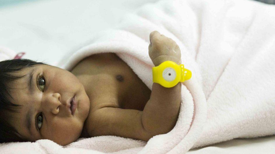 Das BEMPU Hypothermia Alert Armband warnt Eltern unmittelbar, wenn die Körpertemperatur des Säuglings sinkt.