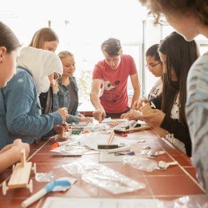 Unterricht mit geflüchteten Kindern und Jugendlichen beim Experimentieren im Schulalltag. Schüler beim Fahrzeugbau.